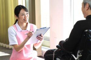 ヒアリングする介護士の画像